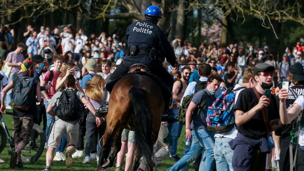 """الشرطة تتعامل مع جموع أشخاص في متنزه """"بوا دو كامبر"""" في بروكسل"""
