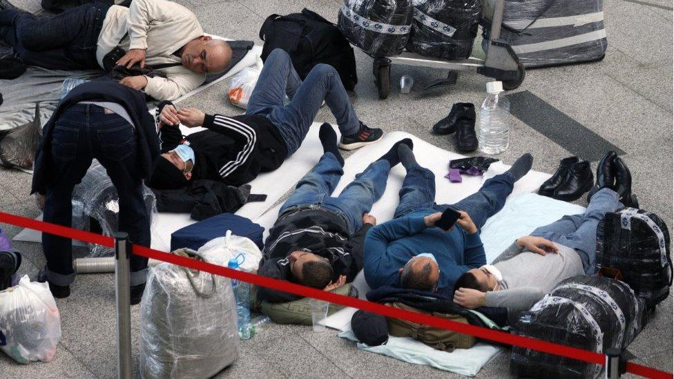 Заложники терминала. Почему из Внуково не выпускают иностранцев