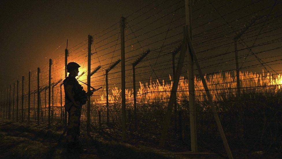 Tentara Border Security Force (BSF) patroli di sektor Akhnoor pada tahun 2016.