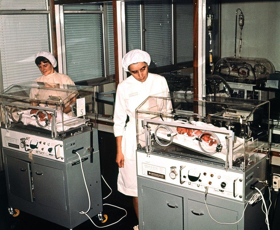 六胞胎裏五個活下來的嬰兒在伯明翰婦產醫院嬰兒監護室裏。