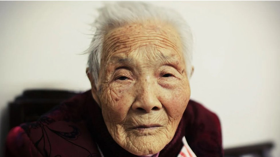 Mujer mayor asiática