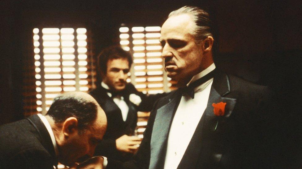"""Como Don Corleone en """"El Padrino"""", los mafiosos enmarcan casi todo lo que hacen de forma invariable en términos de deuda."""