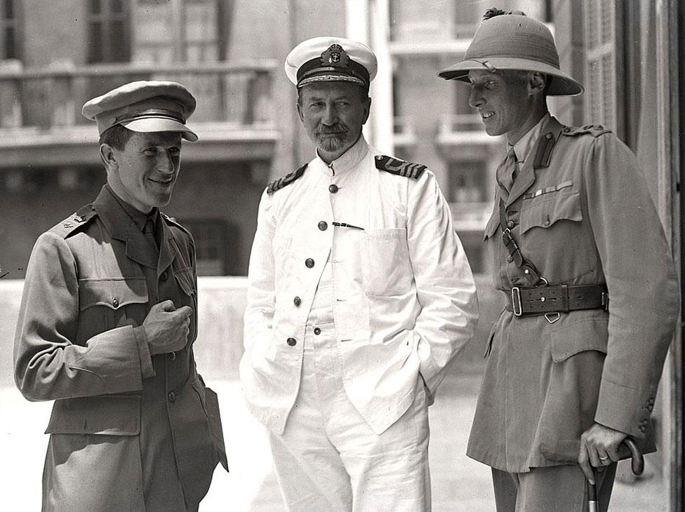 Kol Alan Donej (desno) u Kairu 1918. sa T.E. Lorensom (levo) i arheologom Dejvidom Džordžom Hogartom