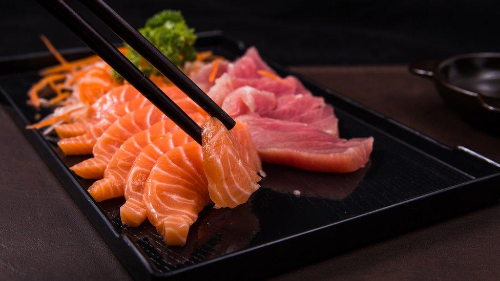 Суши и роллы это разные вещи., в россии их делают из слабосоленого филе горбуши, семги, а вот в японии, нееекооооторые виды суши делают из сырой красной океанской рыбы, но красную рыбы есть сырой это нормально.