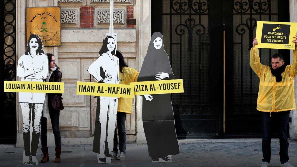 Mujeres protestando frente a una embajada saudita.