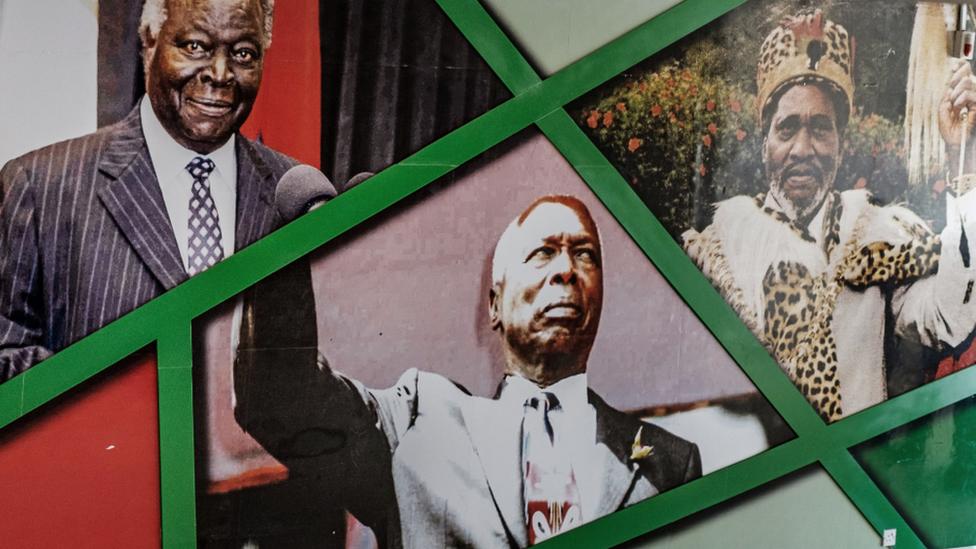 Retratos de los ex presidentes de Kenia: Mwai Kibaki (L), Daniel Arap Moi (C) y Jomo Kenyatta (R) en una pared en el Estadio Kasarani en Nairobi, Kenia - 2018