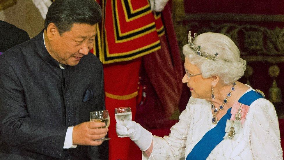 2015年10月20日,英國女王伊麗莎白二世在白金漢宮招待到訪的中國國家主席習近平。
