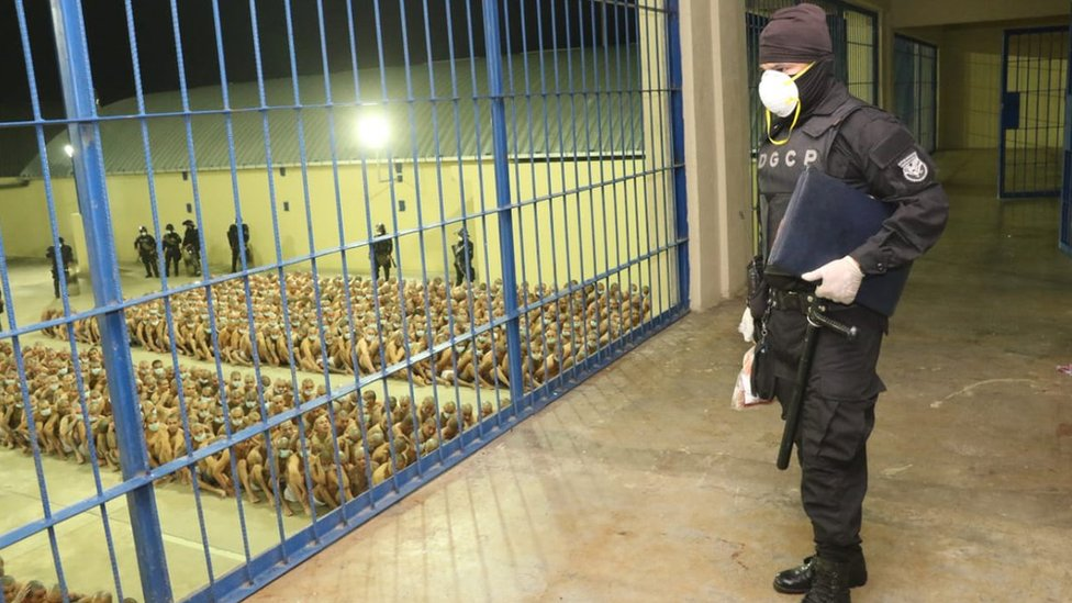 Reclusos en cárcel de El Salvador