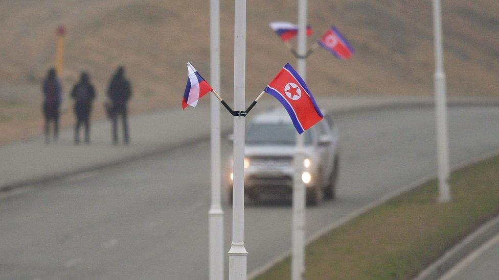 符拉迪沃斯托克上已經能看到俄羅斯和朝鮮國旗,預計會議將在那裏召開。
