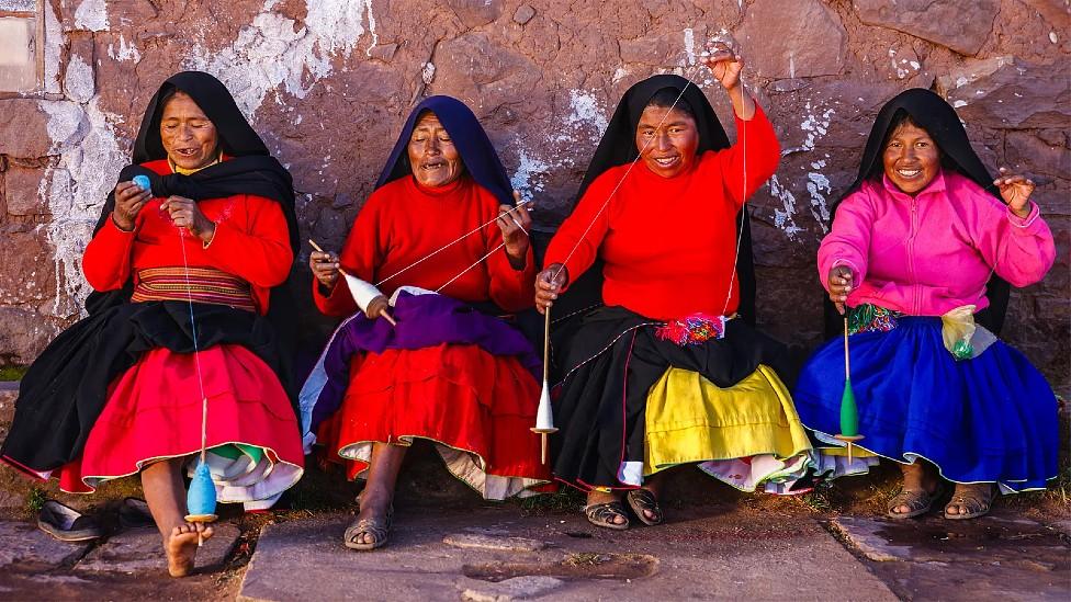 Cuatro mujeres de diferentes edades tejiendo