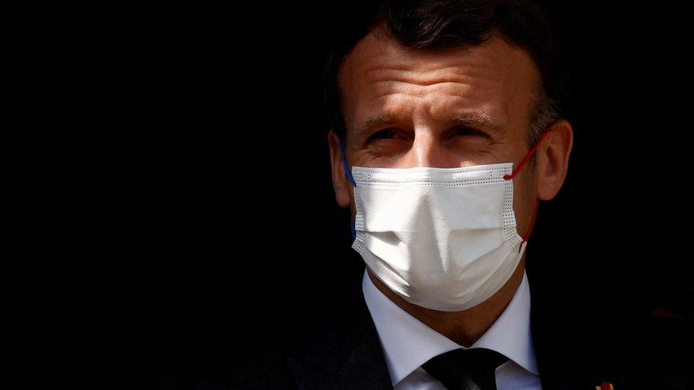 Presidente Macron de máscara