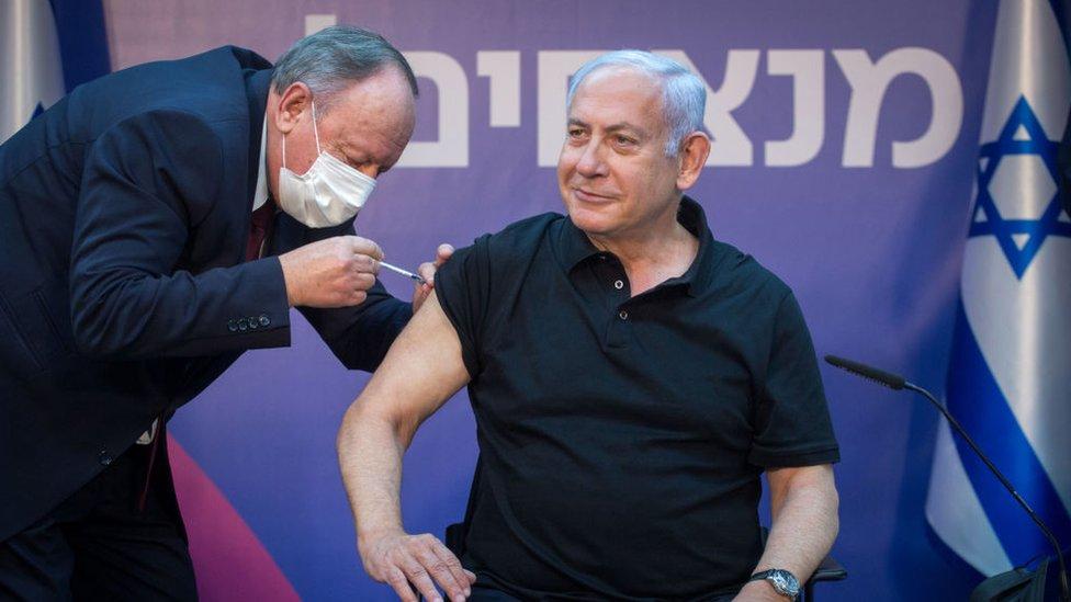 El primer ministro de Israel, Benjamín Netanyahu, recibe la vacuna de covid