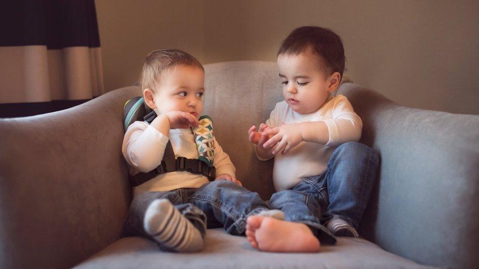 Dos bebés