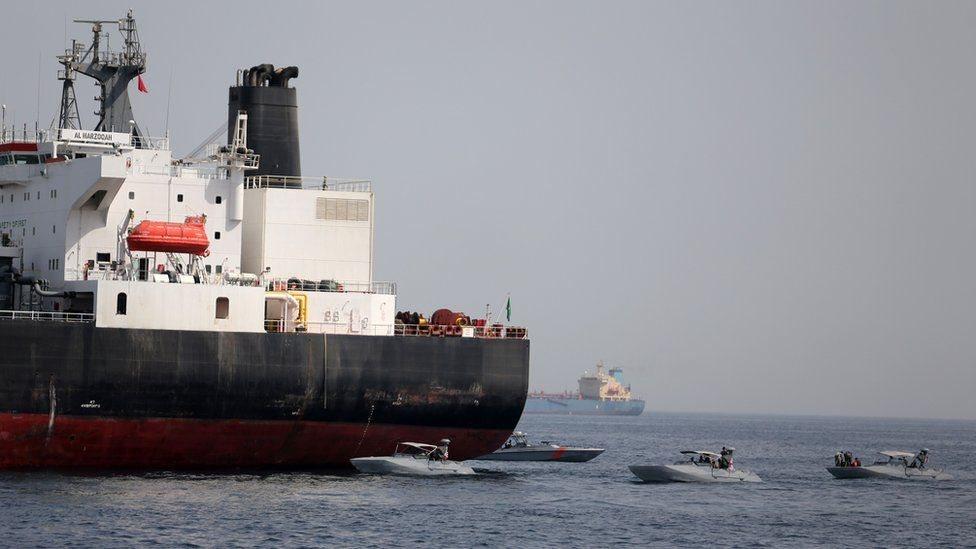 قوارب البحرية الإماراتية على مقربة من ناقلة النفط السعودية المرزوقة والتي تعرضت للتخريب بحسب التقارير الإعلامية