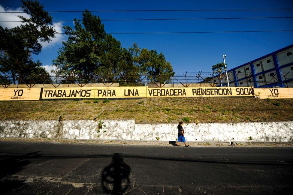 Mujer camina frente al centro penal La Esperanza, en San Salvador, el 4 de marzo de 2020.