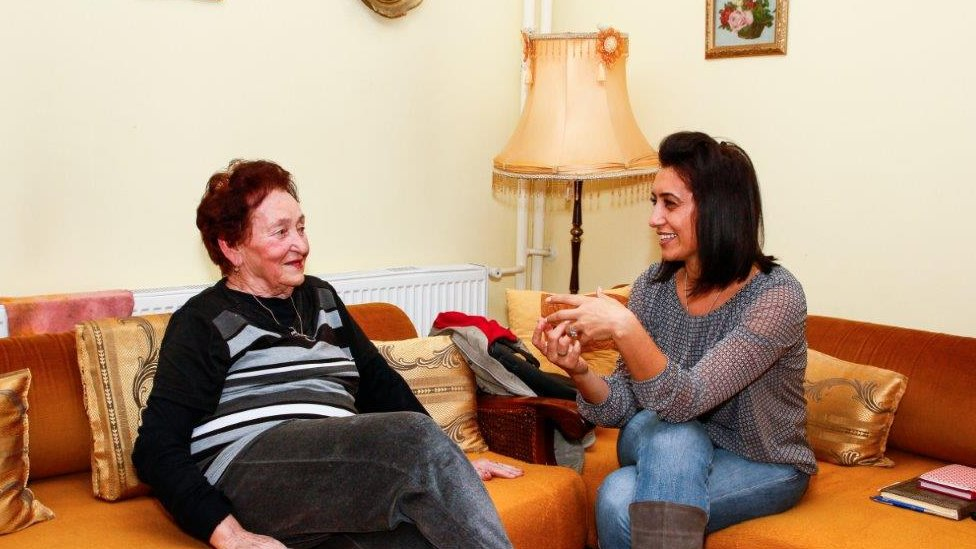 Volonterka Bel hospisa u poseti pacijentkinji