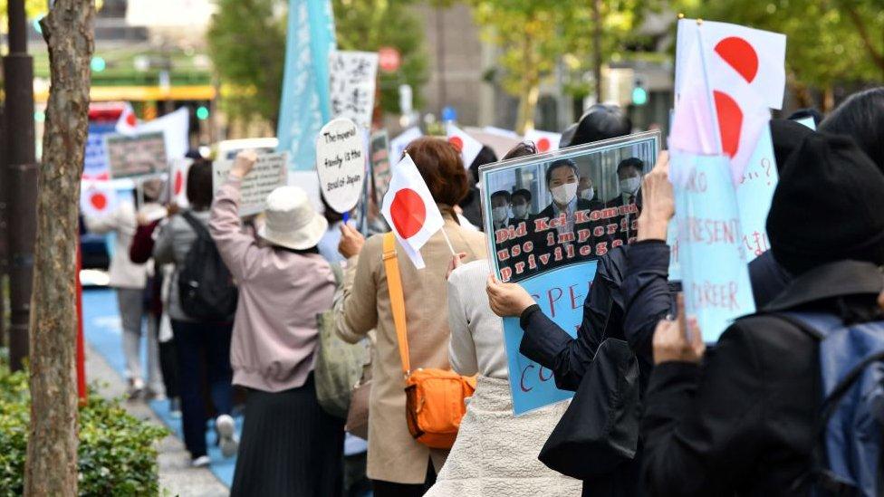 Una protesta contra la boda de la princesa Mako y Kei Komuro in Tokio, el 26 de octubre, 2021.