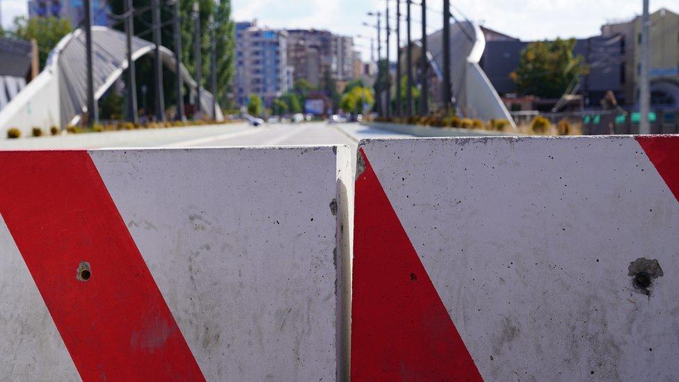Ipak, Mitrovica nije najpoznatija po rakiji, već je simbol podele na Kosovu. Most, koji deli grada na severni deo u kome žive Srbi i južni gde žive Albanci sa Kosova, zatvoren je za saobraćaj godinama