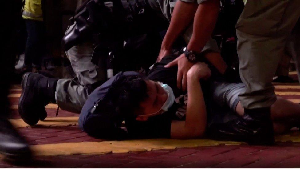 الشرطة بدأت فور سريان القانون تنفيذه باعتقال محتجين قيل إنهم انتهكوه