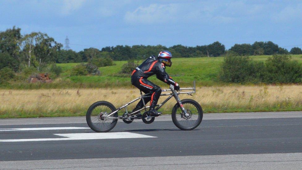Neil Campbell rompiendo el récord masculino de velocidad en bicicleta