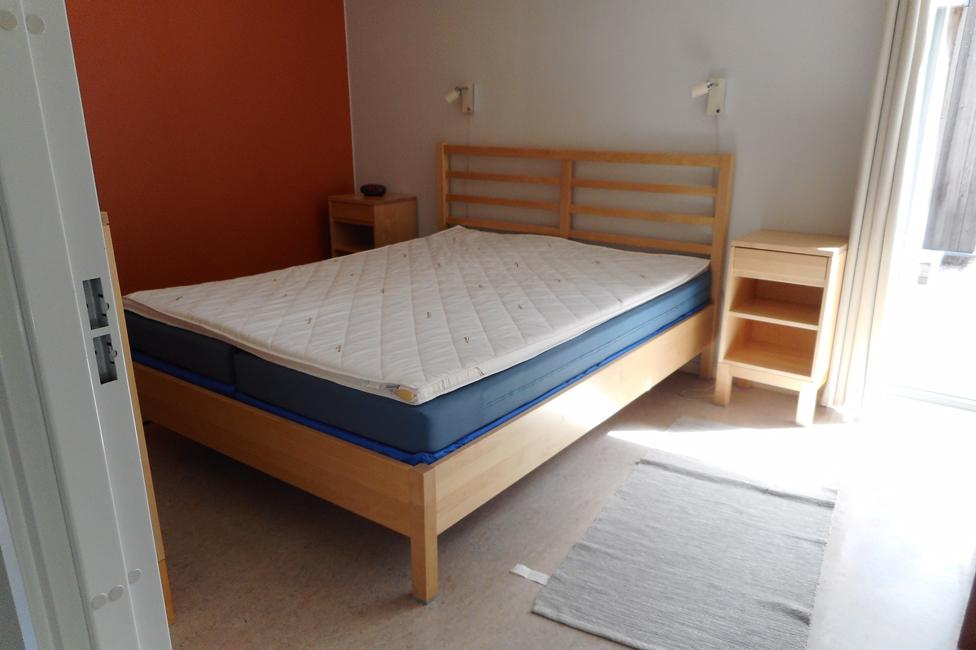 La habitación principal del chalet tiene una cama matrimonial.