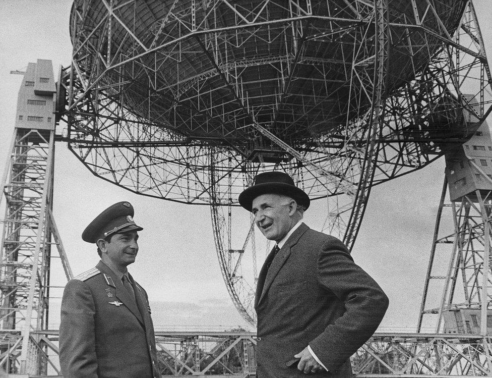 前蘇聯宇航員瓦列裏·巴耶科夫斯基(左,Valery Bykovsky)1967年拜訪伯納德爵士