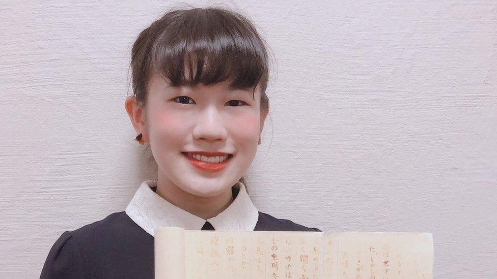 Primera plano de la adolescente japonesa Eimi Haga