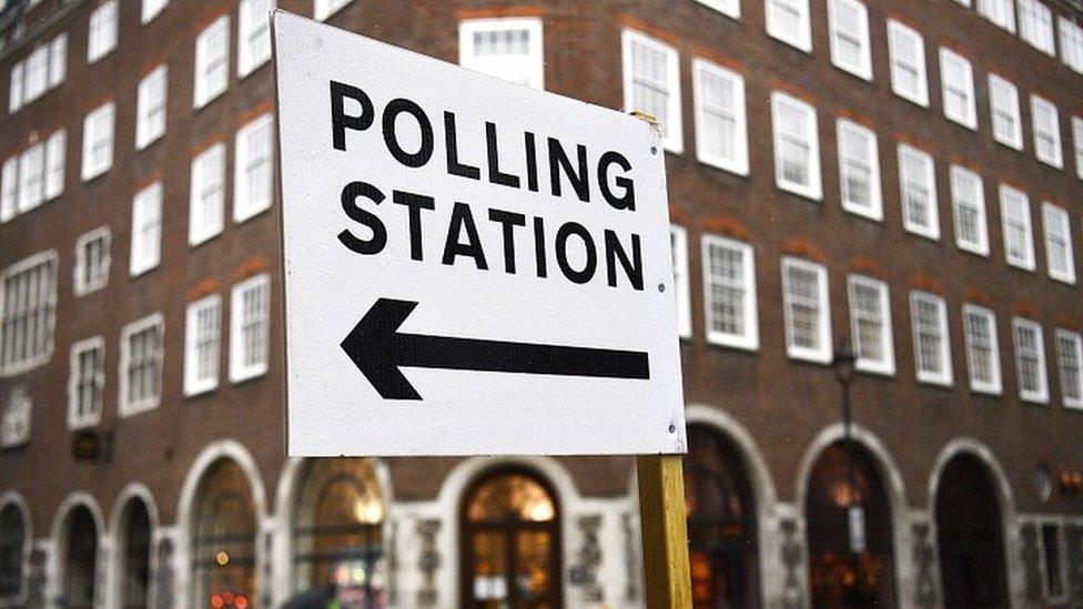 لافتة تشير إلى مركز اقتراع