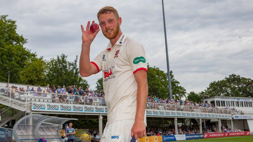 Jamie Porter and Aaron Beard sign new Essex contracts