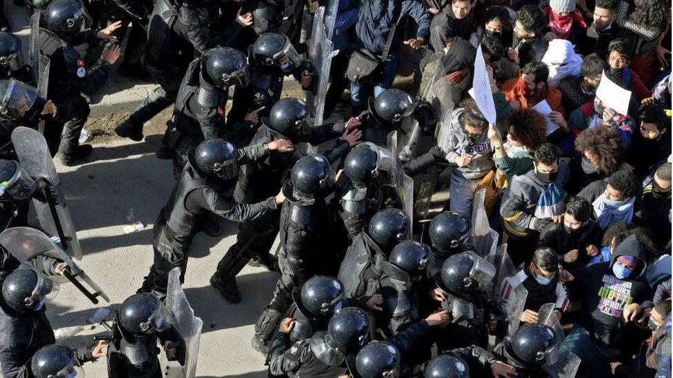 قوات شرطة ومحتجون في تونس