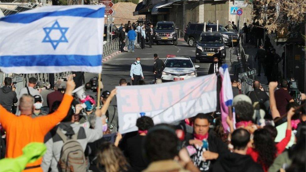 Anti-Netanyahu protesters outside Jerusalem District Court (08/02/21)
