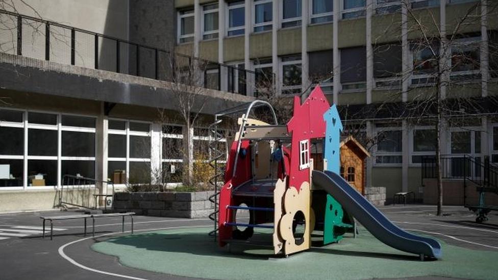 Escola vazia na França em maio; a queda nos casos de viroses no lockdown pode trazer ensinamentos para reabertura das escolas