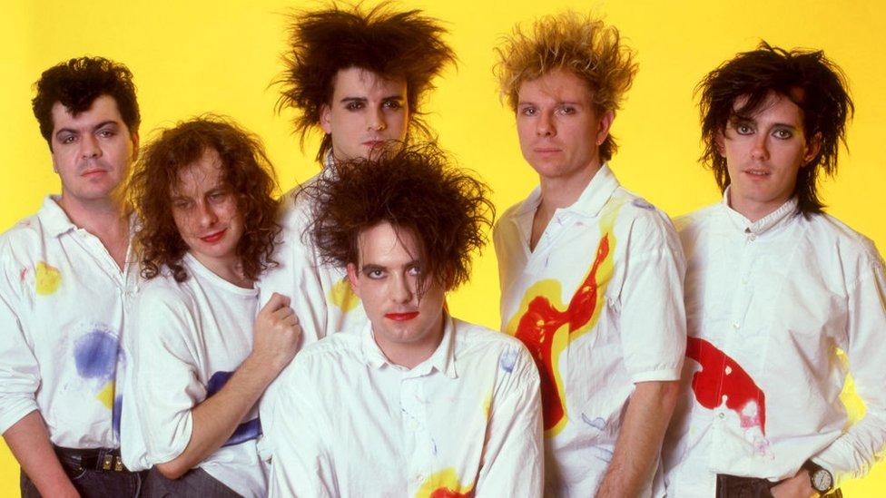 Lol Tolhurst (batería y teclista), Porl Thompson, (bajista), Simon Gallup (bajista), Robert Smith (compositor y cantante), Boris Williams (batería), Roger O'Donnell (teclista) componían The Cure en 1987, cuando se tomó esta foto.