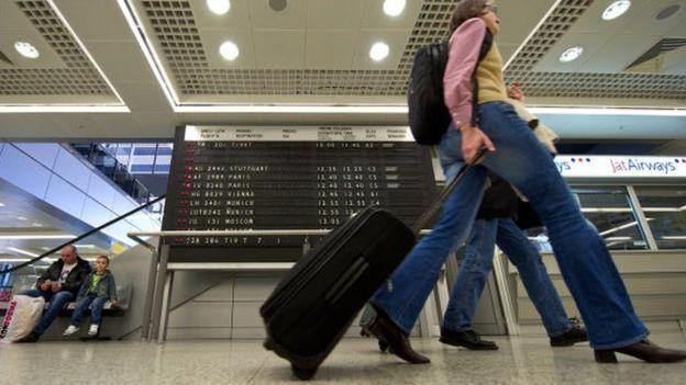 putnici na aerdromu vuku kofere