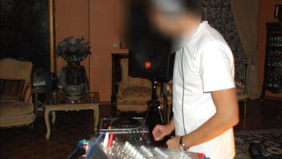 Un DJ pone música en una fiesta en Teherán.