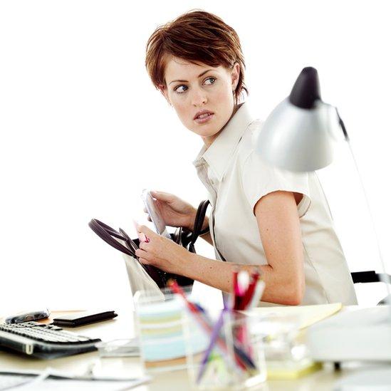 Mujer robando en la oficina