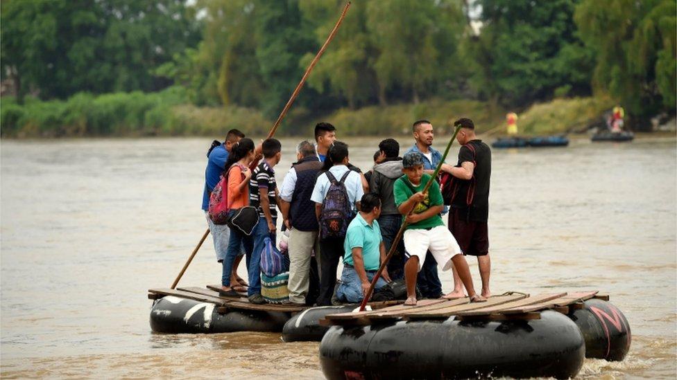 Migrantes cruzando el río Suchiate en Guatemala