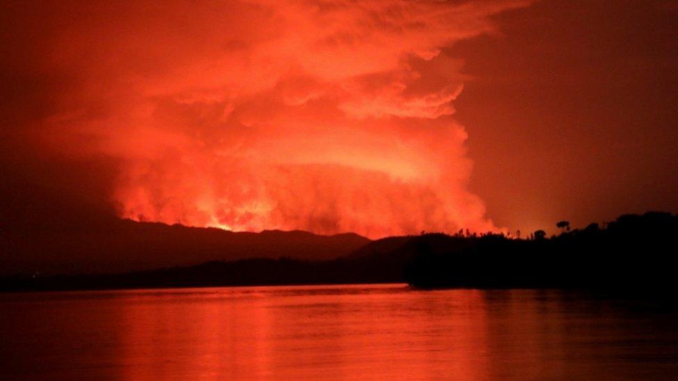 الدخان وألسنة اللهب فوق بحيرة كيفو