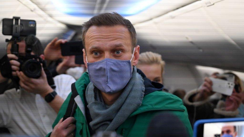 Навального задержали сразу после прибытия в Россию