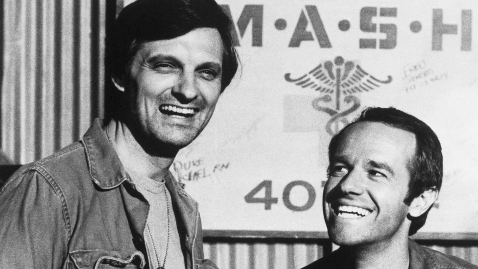 Alan Alda y Mike Farrell en M*A*S*H