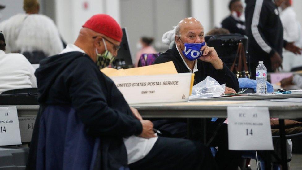 """رجل يرتدي قناع """"صوّتوا"""" بينما يتم فرز الأصوات في اليوم التالي للانتخابات الرئاسية الأمريكية لعام 2020، في ديترويت، ميشيغان"""