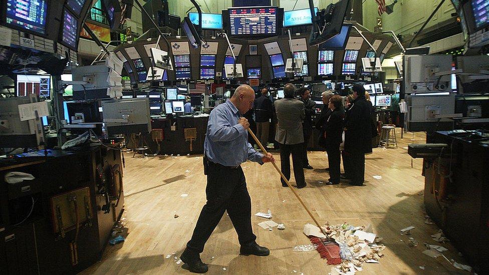 Wall Street durante la gran crisis. Hombre limpiando