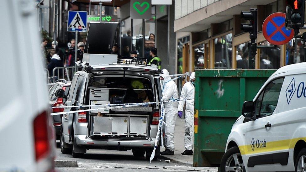 Autoridades investigan el lugar donde sucedió un atentado en Estocolmo, en abril de 2017