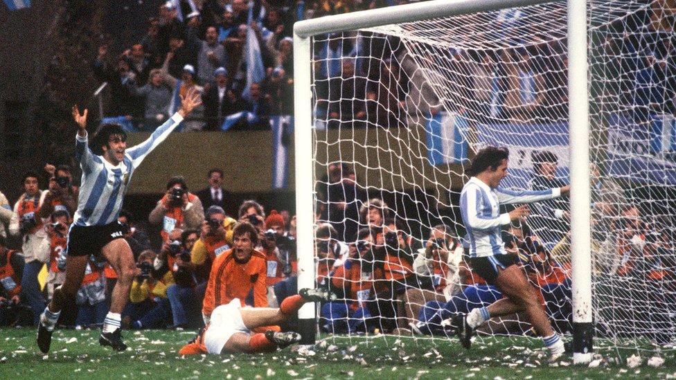 Mario Alberto Kempes anota frente a Holanda en la final.