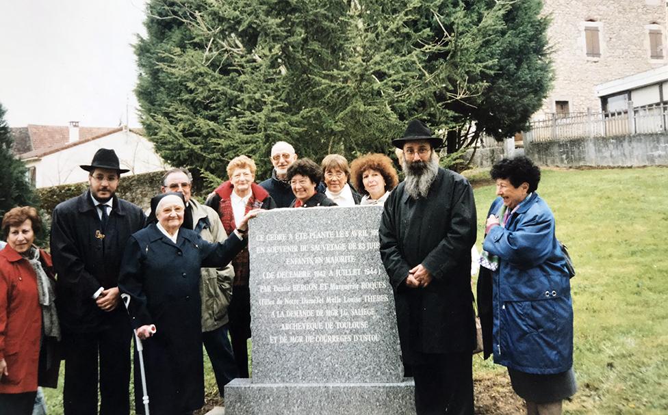 Foto de sobrevivientes junto a Bergon.