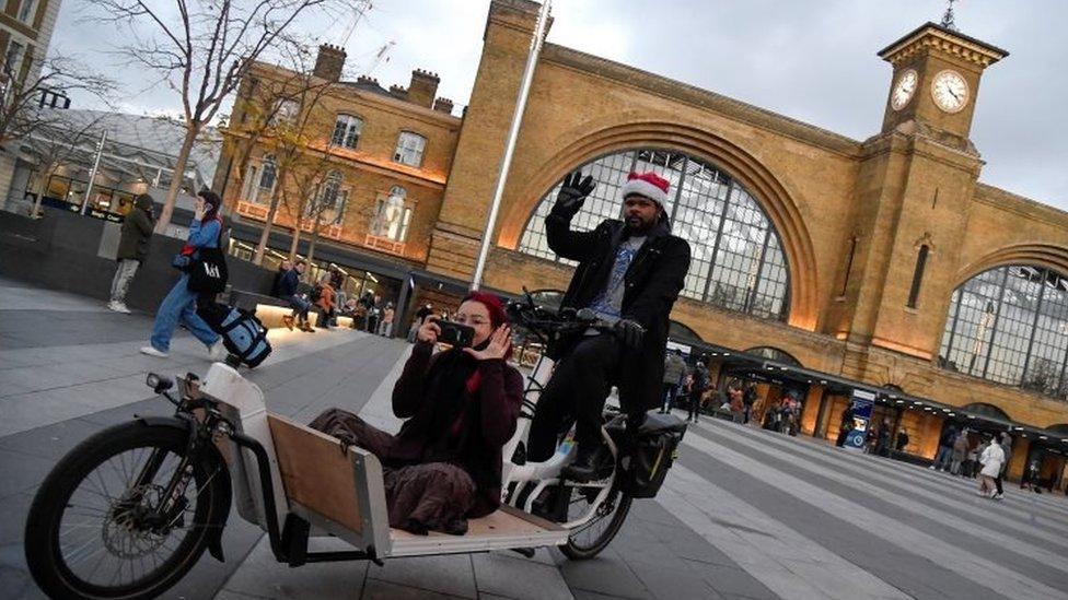 Mujer sin mascarilla en Londres