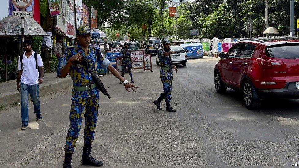 Bangladesh border guards direct traffic in Dhaka
