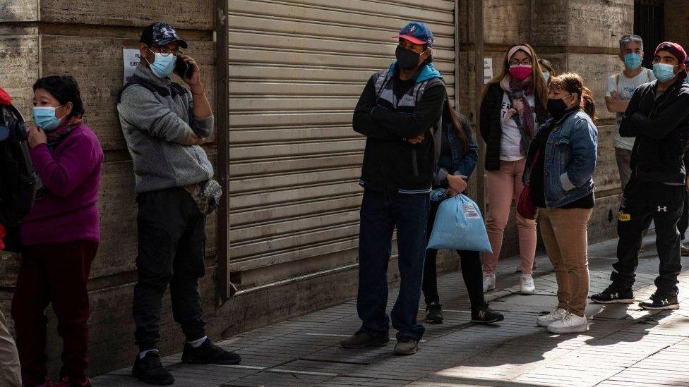 Gente hace fila para retirar sus fondos previsionales.