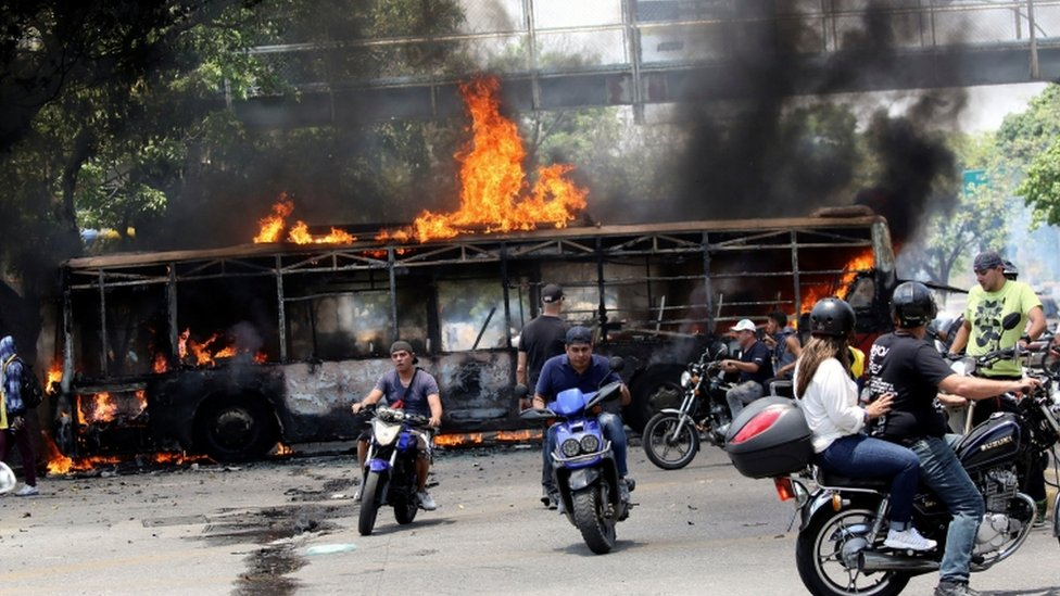 Autobús incendiado en Venezuela.