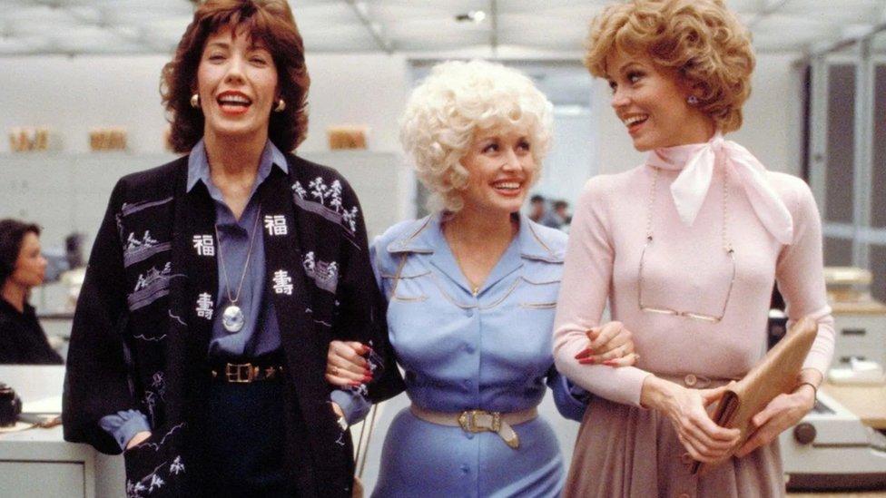 Parton je ostala bliska sa glumicama iz filma 9 to 5, Lili Tomlin i Džejn Fondom; od filma je kasnije nastao i mjuzikl